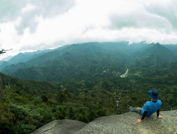 頂上から景色を眺めるtetsuya