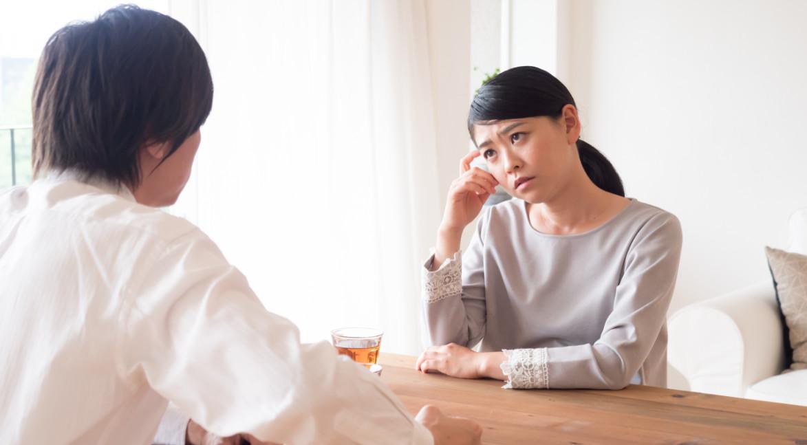 悩みを相談する女性