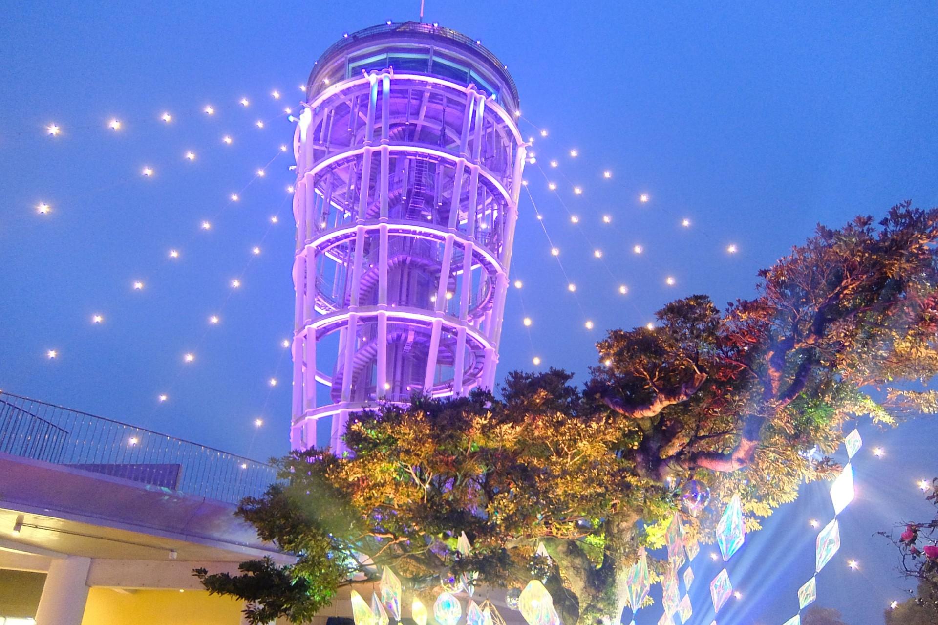 江ノ島のイルミネーションされた灯台