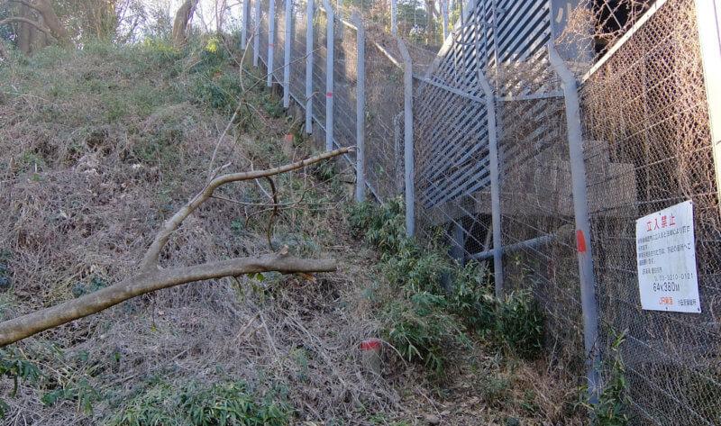 小原トンネルのフェンス横
